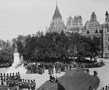 Photo du duc de Cornwall et de York présentant officiellement la statue de la reine Victoria, Colline du Parlement, 21 septembre 1901